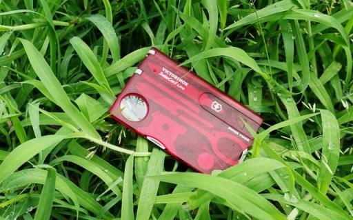 超便攜瑞士軍刀照明卡,名片大小卻有13種功能 | 視頻