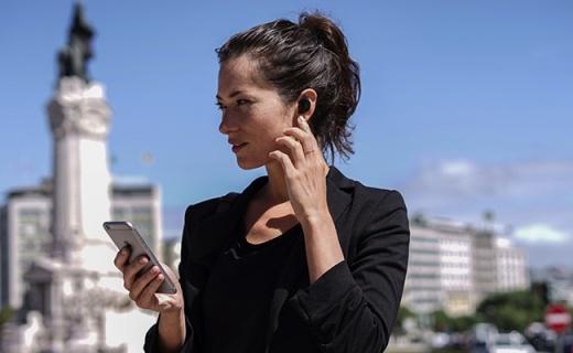 能翻译40国语言的耳机,点点头就能接电话!