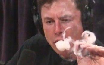 崩了!马斯克抽大麻一口烧掉几百亿,但他high之前说的才TM最吓人!