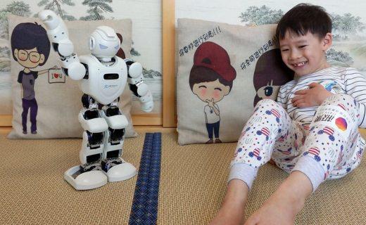 游戏学习兼备,Alpha Ebot 机器人陪伴孩子快乐成长