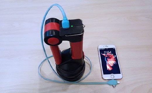 能當臺燈的手電筒,還能給手機充電!