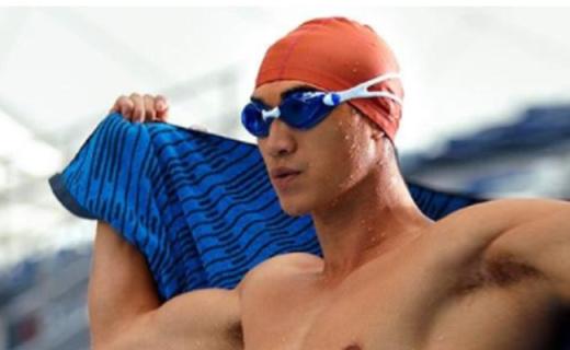 速比涛泳镜:窄侧边设计防雾效果佳,聚碳酸酯镜片佩戴舒适