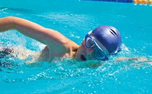 Zoggs Tri Vision泳镜:弯曲镜片视野广,不起雾还防紫外线