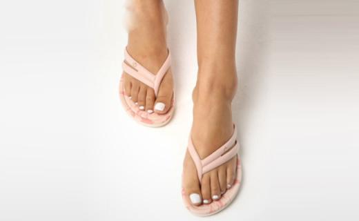 Grendha人字拖:不对称鞋带别具一格,精致花纹别样风情
