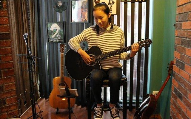能边玩边学的智能吉他,小白都能轻松上手变大神