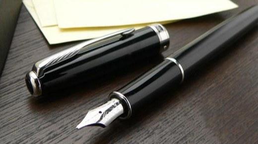 派克十四行诗钢笔:深黑漆处理金色边饰,镀金笔尖彰显尊贵