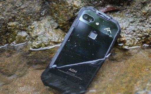 《战狼2》中的开挂手机,刀戳水泡都不怕 — AGM X2 三防手机评测 | 视频