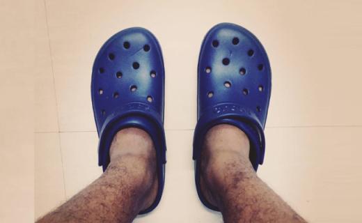 卡洛驰凉鞋:独特树脂材料贴合脚型,带来全天舒适按摩感