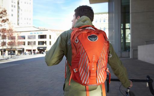 小鹰Momentum双肩背包:分舱设计透气减压肩带,适合长时间背带