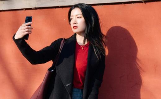 最合适拍Vlog的手机!高颜值小姐姐用它探索北京胡同文化