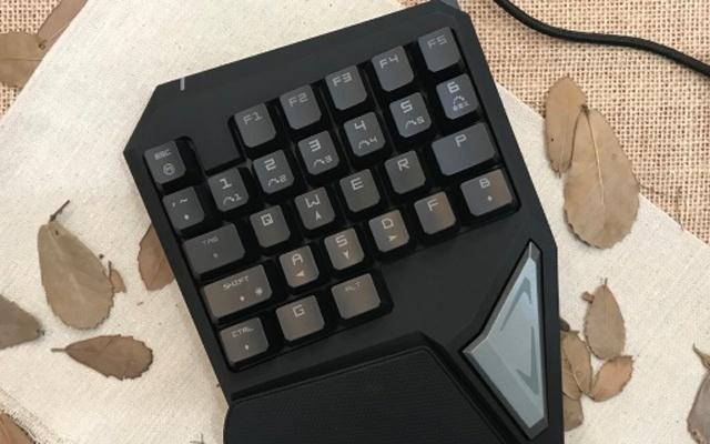 跑车造型的多彩单手机械键盘,游戏爬坑神器 | 视频