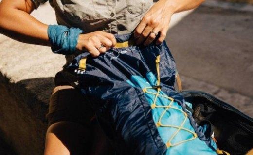 迪卡侬防水压缩背包:防泼溅材质耐磨防水,可折叠设计轻盈便携