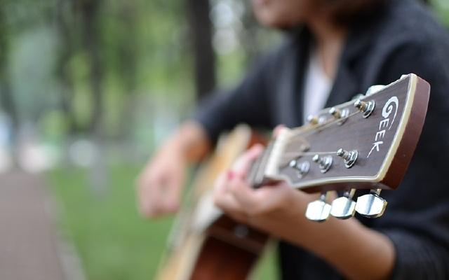 GEEK智能吉他真实弹奏体验,校园妹子倾情演绎