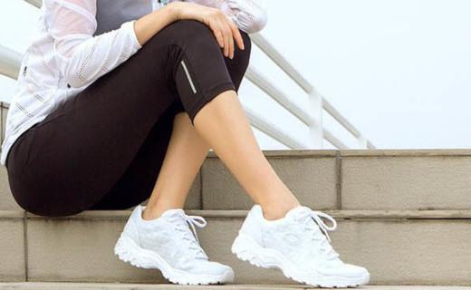 斯凯奇女士休闲鞋:轻质吸震超舒适,厚底修饰腿部线条