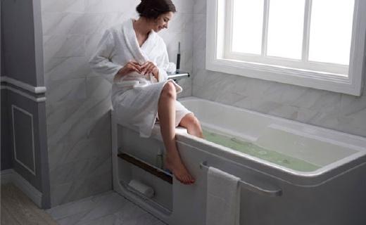 科勒1.5m整体化浴缸:亚克力材质光滑易清洁,侧面贴心收纳槽