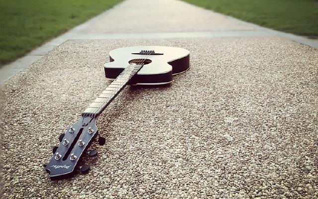 有了这智能吉他,从不识谱到能弹曲也就分分钟的事
