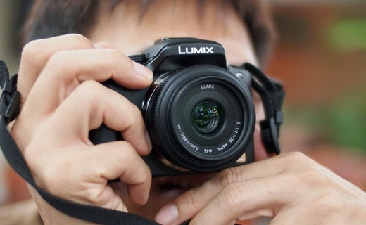 松下Lumix G 20mm f/1.7 II镜头:仅87g轻巧便携,大光圈人文镜