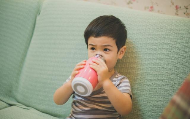 让宝宝喝水成为习惯和乐趣,嘿逗儿童智能水杯