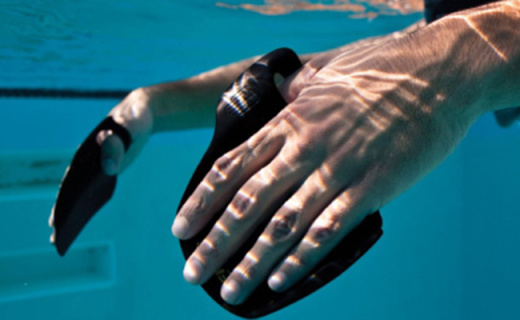 斐尼斯Instinct拨水水掌:增大手掌划水面积,初学者游泳更轻松