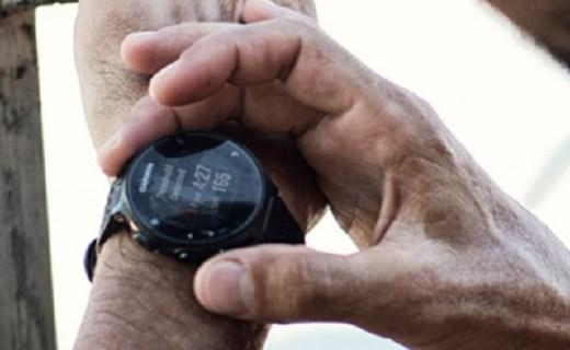 佳明运动智能手表:全天候智能心率监测,GPS定位更方便