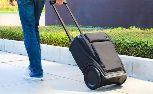楼梯坑洼都能过的行李箱,还能给手机充电!