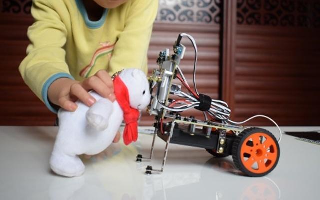 比乐高机器人还好玩,边拼装边学习编程知识 — 小盖茨机器人小创客家庭套装体验 | 视频