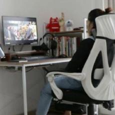 """久坐电脑前的你,要坐得尽量健康,怎么能少得了黑白调""""听?!钡缒砸??"""